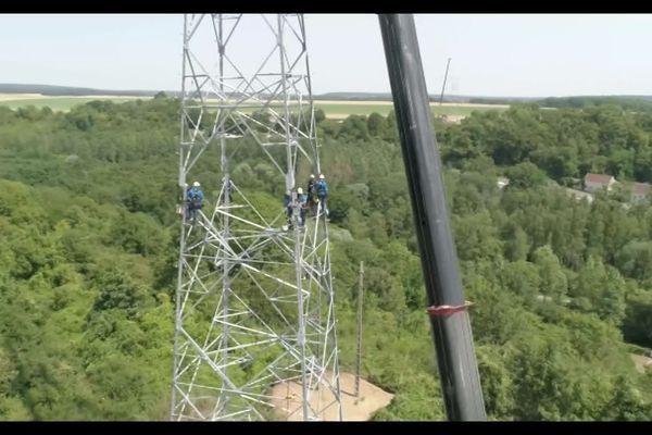 Ils ne sont pas encore totalement achevés mais à terme les pylônes de 40 mètres de hauteur domineront Coyolles et Vvauciennes.