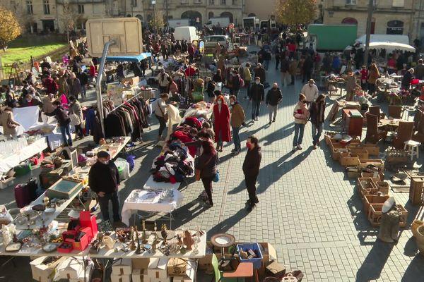 C'est sous un beau soleil d'automne que les badauds ont pu renouer avec le marché aux puces de la place Saint-Michel à Bordeaux, ce dimanche 28 novembre.