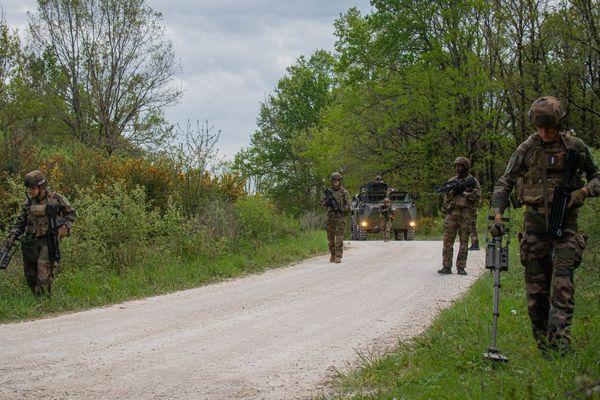 Dans le 17e régiment du génie parachutiste de Montauban, les militaires doivent maintenir les distanciations sociales pendant leurs entraînements.