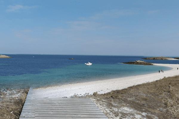 La plage de l'île Saint-Nicolas dans l'archipel des Glénan au sud de Fouesnant (Finistère) est labellisée Pavillon bleu 2017.