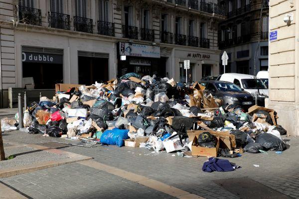 Lors du conflit de 2020, des camions-bennes sortent sous protection policière dans les rues de Marseille.