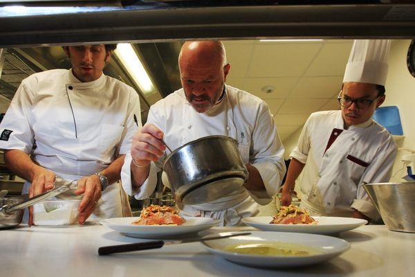 Philippe Etchebest dans les cuisines du Quatrième Mur, sa brasserie chic de Bordeaux  le 21/09/15.