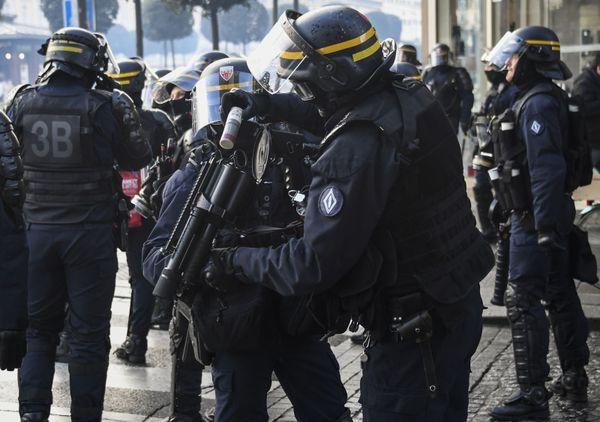 Un CRS recharge son lanceur d'une grenage lacrymogène lors de l'acte X des Gilets jaunes à Rennes