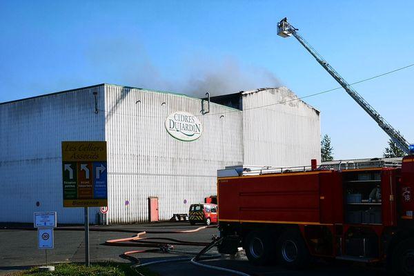 Les pompiers sont parvenus à contenir le feu, mais un espace de stockage de 1000 m² a été détruit.