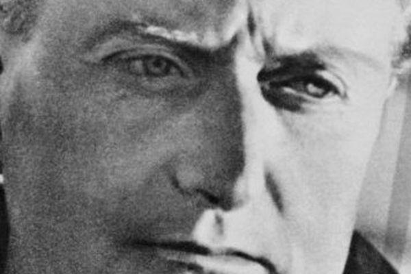 """Portrait non daté de l'écrivain français Jean Giono. Né à Manosque le 30 mars 1895 dans une famille modeste, Giono travaille dans une banque jusqu'en 1929. En 1914 il est mobilisé et participe aux combats en 1916, dont il évoquera l'horreur dans """"Le Grand Troupeau"""". En 1929 Grasset publie """"Colline"""" dont le succès est immédiat, suivit de """"Un de Baumugnes"""". Giono ne se consacre désormais qu'à l'écriture. Jean Giono meurt d'une crise cardiaque dans la nuit de 08 au 09 octobre 1970."""