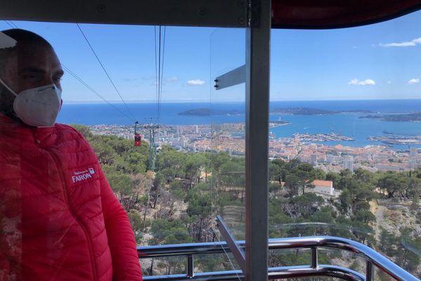 Vue imprenable sur la rade de Toulon dans l'une des cabines flambant neuves du téléphérique du mont Faron.