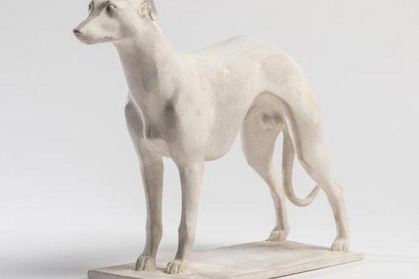 Charles Artus (1887-1978). Lévrier debout, plâtre patiné, vers 1930, pièce unique signée et monogramme CA. Mise à prix : 4000 euros