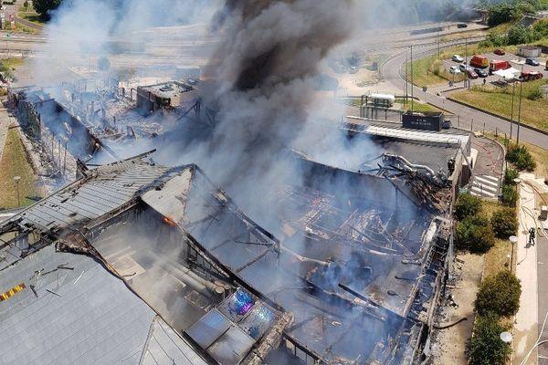 Un incendie a largement dévasté l'aire d'autoroute de Dijon-Brognon sur l'A31.