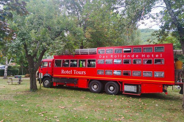 Après une nuit au camping de Montgailhard, le bus-hôtel a amené ses voyageurs visiter les châteaux de Foix et de Montségur.
