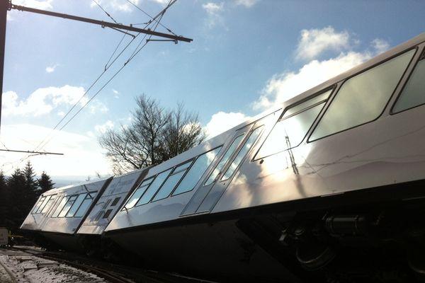 le train à crémaillère est partiellement sorti de ses rails
