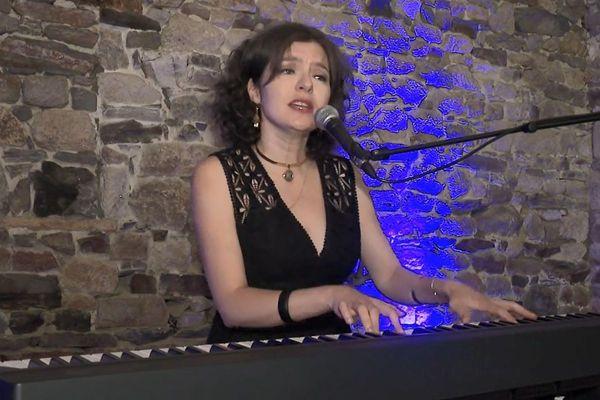 """La chanteuse-Autere -Compositrice Yasmina Di Méo au premier"""" Festival des jours d'après""""."""