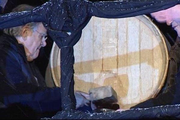 Bernard Pivot a percé le tonneau du Beaujolais Nouveau à minuit pétante, dans la nuit du mercredi 20 au jeudi 21 novembre 2013