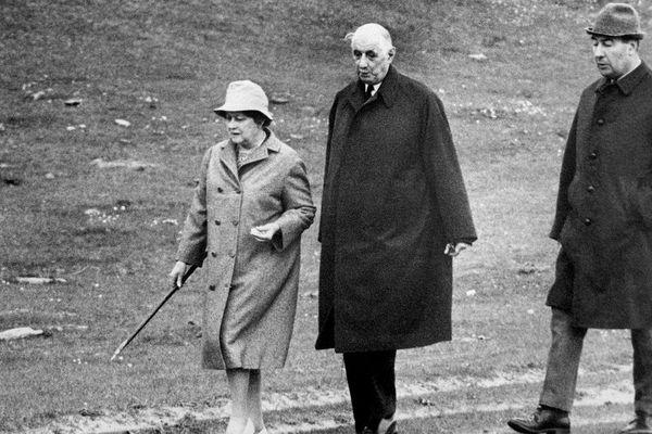 """En mai-juin 1969, François Flohic (à droite) avait passé une dizaine de jours en Irlande aux côtés du Général de Gaulle et de son épouse, """"Tante Yvonne"""". Le temps que les Français élisent Georges Pompidou à la présidence après la démission de Charles de Gaulle."""