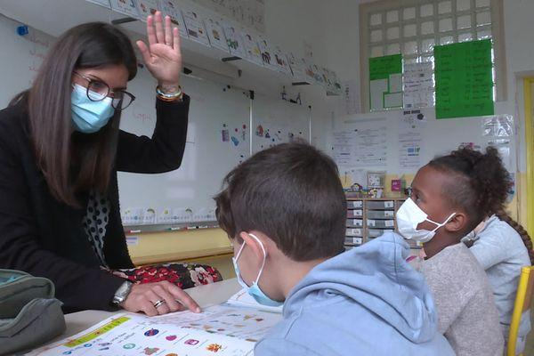 L'institutrice de CP travaille à partir de la méthode 'Pilotis' qui associe un phonème à un geste.