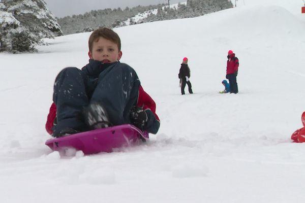 A défaut de ski les familles font de la luge ou des raquettes aux abords de la station.