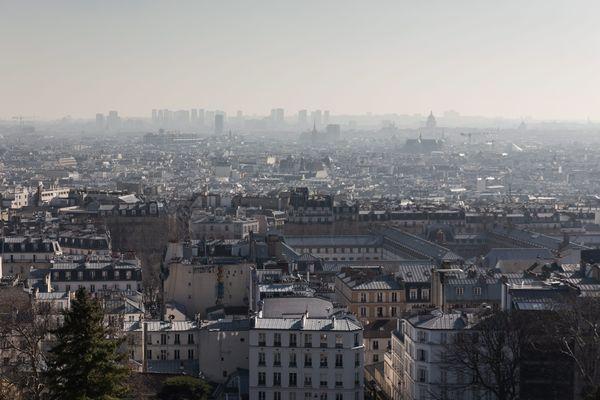 Paris, France, le 27 fevrier 2019 - Vue sur la capitale depuis la butte Montmartre lors du pic de pollution aux particules fines.