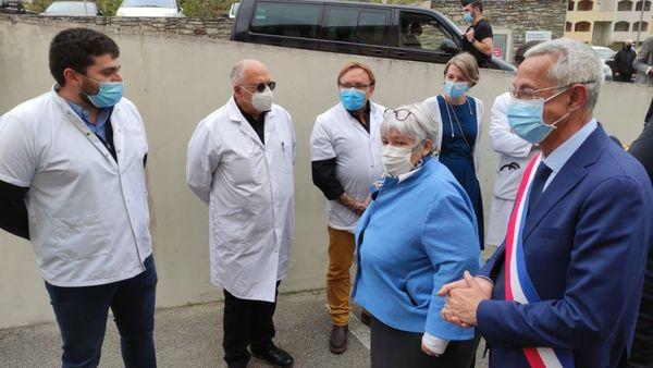 À Corse, Jacqueline Gourault, s'est entretenue avec les personnels du centre hospitalier Corte Tattone autour du dispositif de vaccination contre la Covid19.