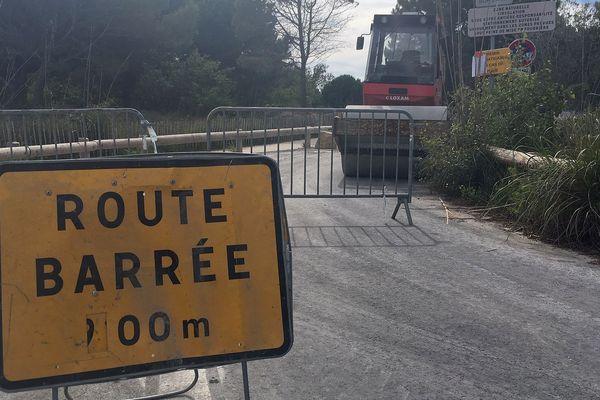 Les travaux d'aménagement ont commencé sur le parking qui dessert les plages du Petit et du Grand Travers, près de Montpellier. Ils vont durer jusqu'à fin juin. Objectif : réduire les ornières, la poussière et les incivilités des automobilistes qui se garent au milieu de la route.