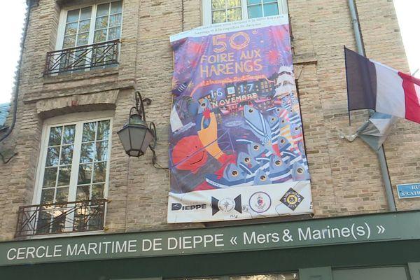 La façade pavoisée du cercle maritime à Dieppe