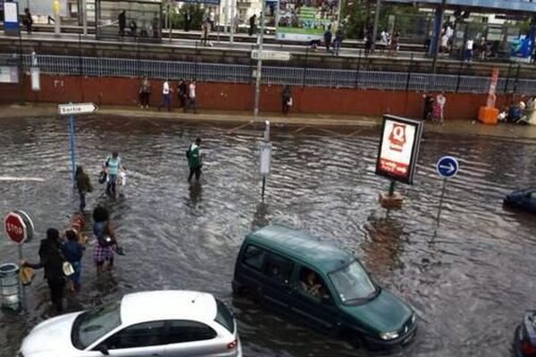 Le parking du centre commercial de Rosny 2 en Seine Saint Denis sous les eaux