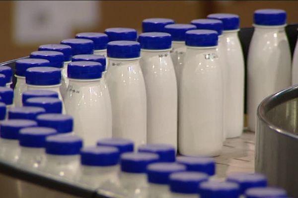 Dans le Loiret, la laiterie de Saint-Denis-de-l'Hôtel utilise des bouteilles en PET opaque, un matériau aujourd'hui non recyclable.