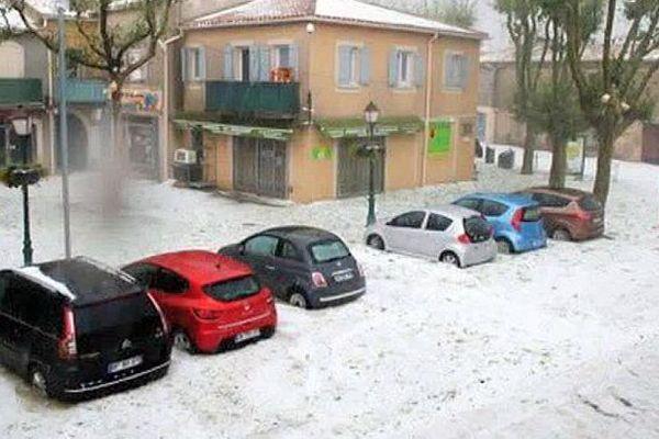 Vendargues (Hérault) - la place du village sous la grêle - 17 août 2016.