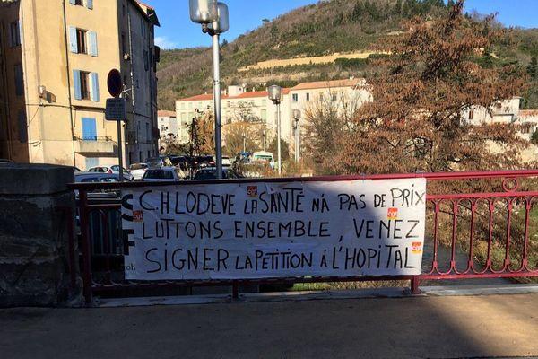 Des banderoles sont accrochées dans la ville pour signaler le mouvement de grève à l'hôpital de Lodève - Mars 2018