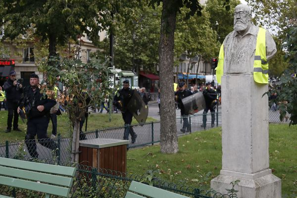 Une statue représentant le peintre Albert Besnard, à Paris, vêtue d'un gilet jaune. Photo prise le 28 septembre 2019.