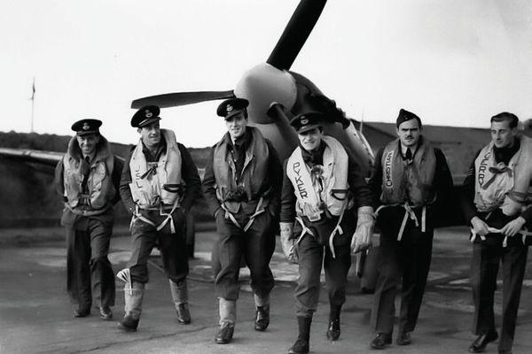 """Jean Offenberg, dit """"Pyker"""", avec quelques pilotes belges du 609 Squadron de la Royal Air Force en 1941 : van Arenberg, Selys-Longchamps, Spirlet, Ortmans et Lallemant."""