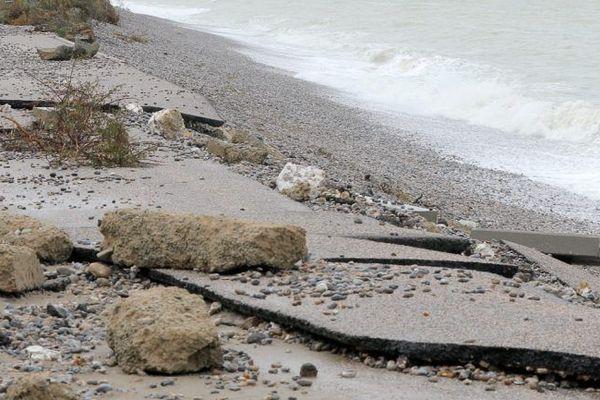 Route blanche endommagée à Cayeux après l'épisode des grandes marées du dimanche 29 septembre 2019.