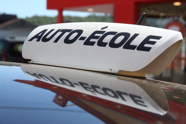 La grogne monte dans les auto-écoles avec la demande d'installation d'une paroi souple à l'intérieur des véhicules à compter du 6 juillet 2020, faute de quoi l'accès aux centres d'examen du permis de conduire pourrait leur être refusé.