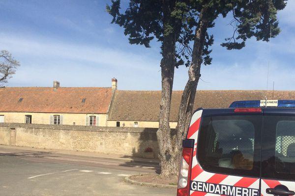Les gendarmes font du portes à portes auprès des voisins pour recueillir des informations.