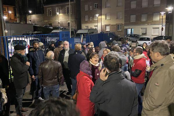 Une centaine de personnes réclament la levée de la garde à vue de deux manifestants à l'hôtel de police d'Amiens, samedi 11 janvier en soirée.