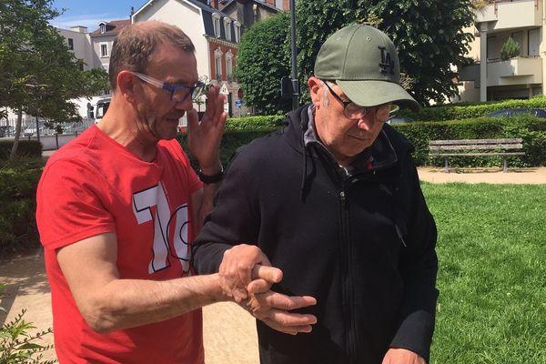 René Jacquot, champion du monde de boxe en 1989, devenu auxiliaire de vie auprès des personnes handicapées (à gauche).