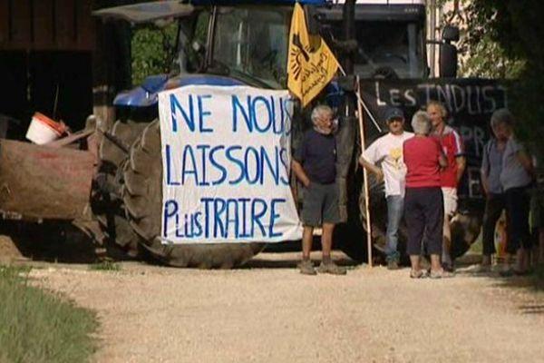 Blocage d'un camion de lait à Charnizay dans l'Indre-et-Loire