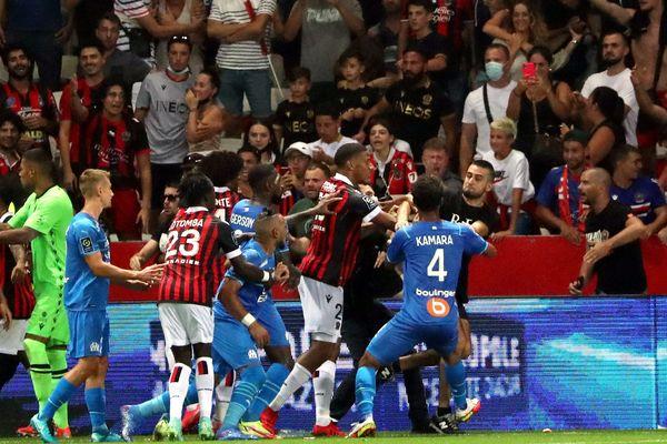 Dimanche 22 août, le match Nice-Marseille a été arrêté durant une heure et demie après que des supporters ont envahi le terrain à la suite d'un incident : une bouteille en plastique lancée sur Dimitri Payet, que le joueur a renvoyée vers la tribune.