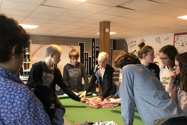 En vacances, ces jeunes français et finlandais transforment des vieux t.shirts en sacs à main