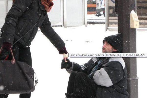 Sans-abri dans la rue en hiver (illustration).