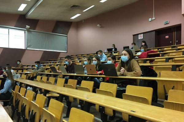 """A Dijon, à partir de ce lundi 12 octobre 2020 , les amphithéâtres de l'Université de Bourgogne n'accueillent que 50% des étudiants en raison du classement de la métropole dijonnaise en """"zone renforcée"""" à la Covid-19."""