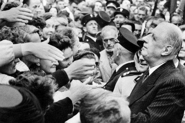 Le général de Gaulle au milieu des rennais le 20 septembre 1958. Le fonddateur de la Vème République appréciait tout particulièrement les bains de foule.
