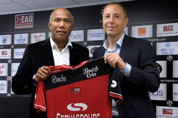 Antoine Kombouaré, le nouvel entraîneur de l'En-Avant-Guingamp, avec Bertrand Desplat, son nouveau président.