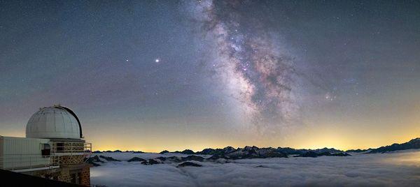 La voie lactée, la mer de nuage et le Pic du Midi
