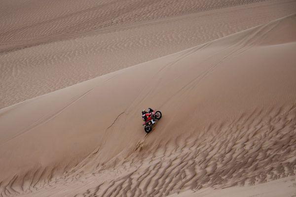 Le Dakar 2019 est particulièrement éprouvant pour les motos, ici celle du Portugais Paulo Goncalvez entre Lima et Pisco, au Pérou, le 7 janvier