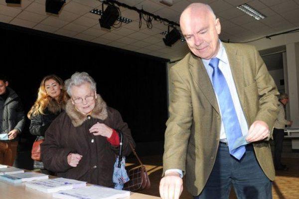 Marc Le Fur vote au premier tour des élections régionales 2015