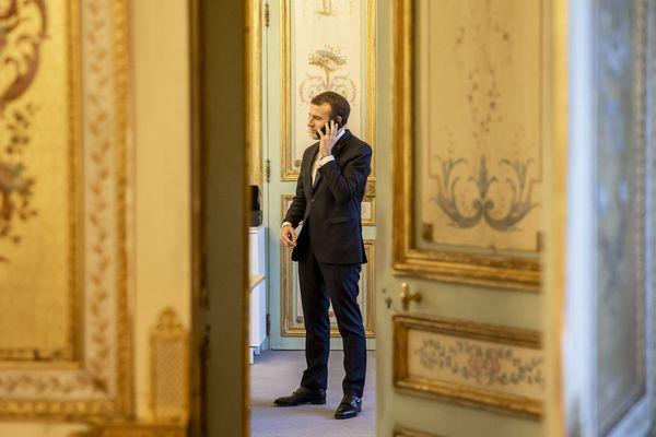 Emmanuel Macron, le président de la République au téléphone, dans le salon doré du palais de l'Elysée. Paris, 08 janvier 2019.