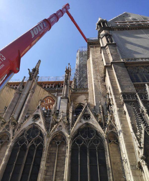 Trois machines sont installées sur le chantier de Notre-Dame de Paris.