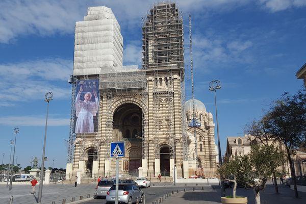 La cathédrale de la Major à Marseille affiche désormais une grande photo de Jean-Paul II.