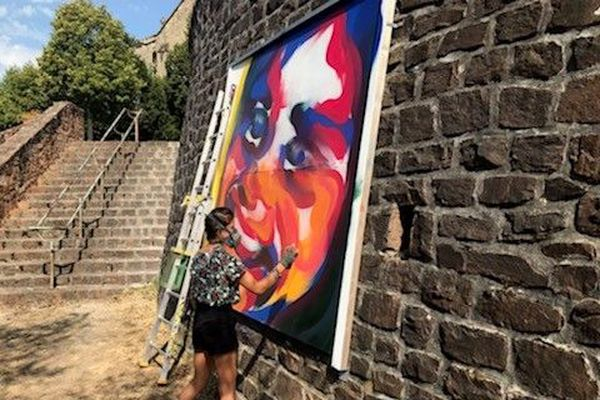 Covid ou pas, ils et elles portent le masque. Les bombes de 5 graffeurs font exploser le street-art au centre d'Aubazine et au Puy de Pauliat ce samedi 8 août et dimanche 9 août.