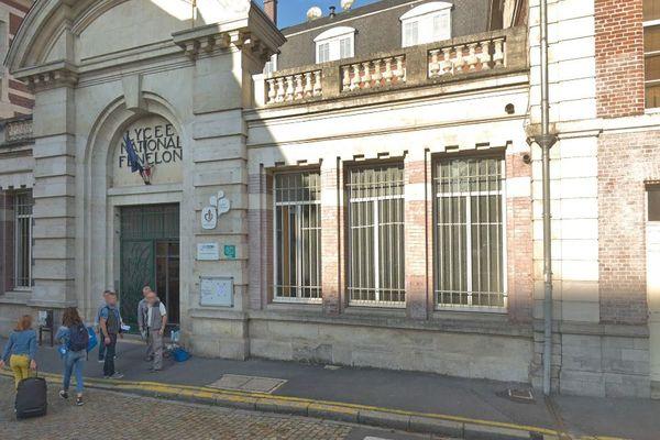 La vidéo de l'agression d'une adolescente devant le lycée Fénelon à Cambrai a été filmée puis diffusée sur les réseaux sociaux.