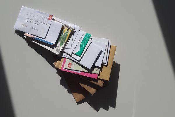 Raphaël Mahida Vial a déjà reçu une soixantaine de cartes postales depuis le lancement de ce projet artistique à distance.